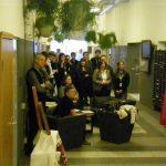 працівники офісного центру під час вистави